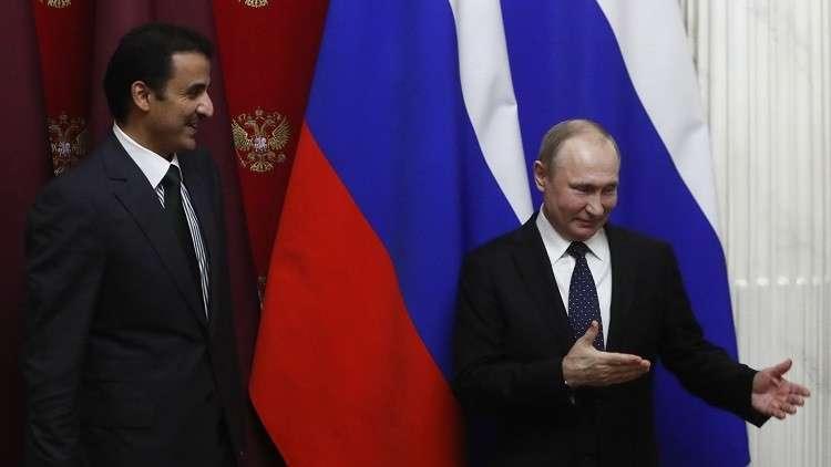 بوتين يسلم أمير قطر راية رمزية لتنظيم مونديال 2022
