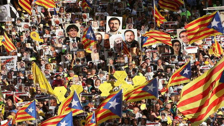 الآلاف يتظاهرون في برشلونة للمطالبة بإطلاق سراح الزعماء الانفصاليين