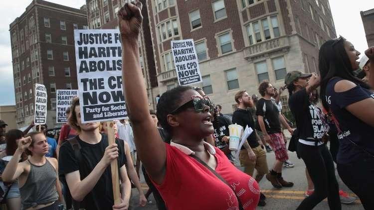 اشتباكات دامية في شيكاغو بعد مقتل رجل أسود برصاص الشرطة