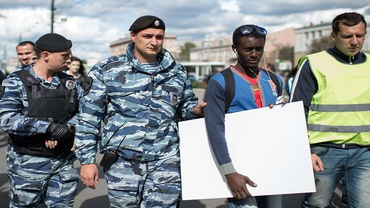 روسيا .. قرار بترحيل أجانب غالبيتهم أفارقة لمحاولتهم التسلل إلى أوروبا