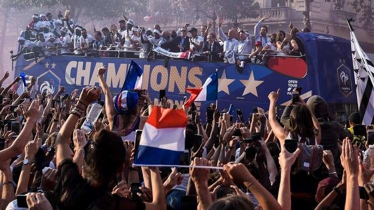 """عشرات الآلاف يستقبلون منتخب """"الديوك"""" وسط باريس بعد تتويجه بمونديال روسيا"""