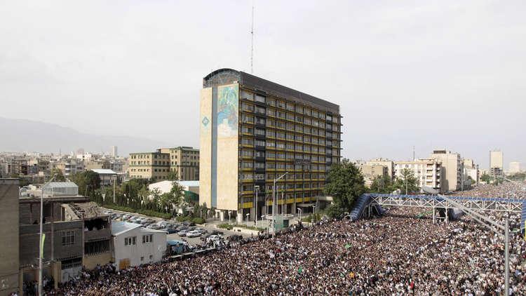 احتجاجات جماهيرية لأنصار المعارضين الإصلاحيين مير حسين موسوي ومهدي كروبي في طهران في يونيو عام 2009