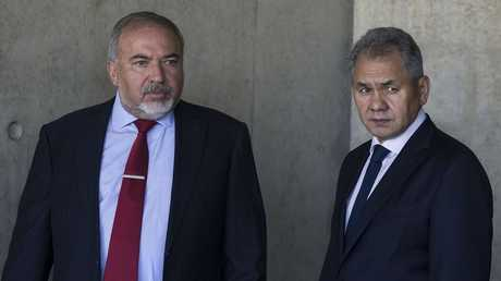 وزيرا الدفاع الروسي سيرغي شويغو (على اليمين) والإسرائيلي أفيغدور ليبرمان
