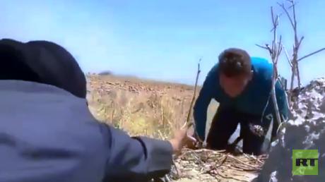 فلسطينية تنقذ شابا مصابا وتسحبه من أرض المعركة على الحدود الشرقية لقطاع غزة