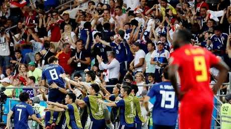 رغم خسارة منتخبهم.. المشجعون اليابانيون يضربون مثالا راقيا في التحضر (صور)