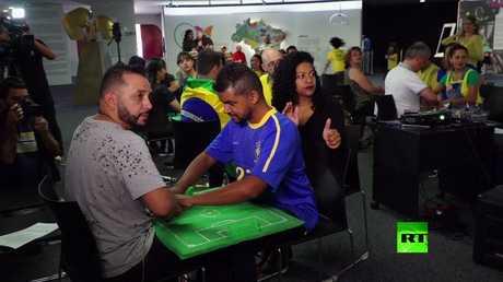 عمى وصمم لا يمنعان مشجع برازيلي من الاستمتاع بالمونديال
