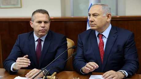 وزير الأمن الداخلي الإسرائيلي جلعاد أردان (اليسار) مع رئيس الوزراء بنيامين نتنياهو