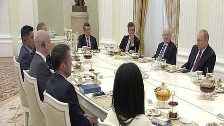بوتين يلتقي أساطير كرة القدم