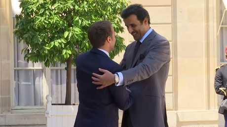 شاهد.. لحظة استقبال الرئيس الفرنسي ماكرون لأمير قطر تميم بن حمد