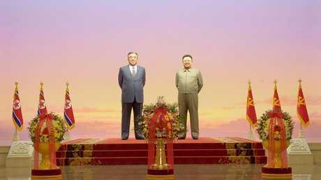الزعيمين كيم جونغ إيل وإيل سونغ