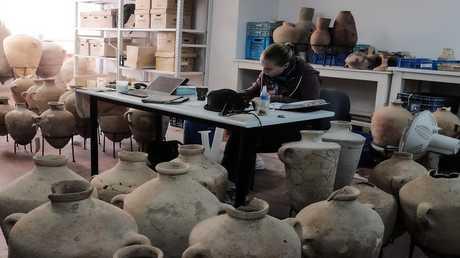 العثور على أواني خزفية عمرها أكثر من ألفي سنة مخبأة في كهف