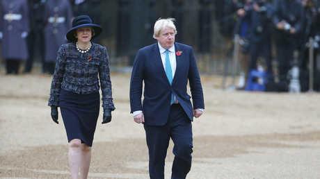 رئيسة الوزراء البريطانية تيريزا ماي، ووزير الخارجية المستقيل بوريس جونسون