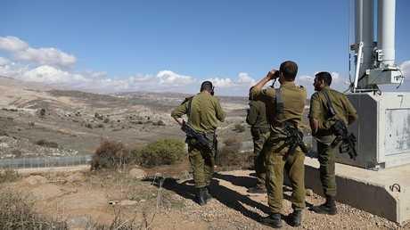 جنود إسرائيليون يراقبون الحدود مع سوريا في الجولان - أرشيف