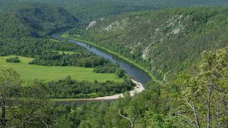 نهر جبلي في غاية بجمهورية بشكيريا