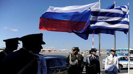 ضباط يونانيون بانتظار وصول الرئيس  الروسي فلاديمير بوتين إلى أثينا في مايو عام 2017