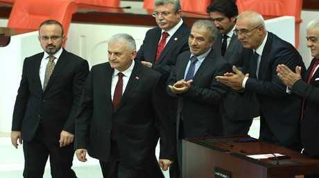 بن علي يلدريم أثناء التصويت في البرلمان