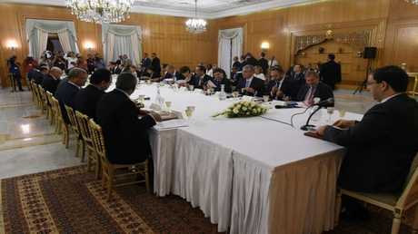رئيس الوزراء التونسي يوسف الشاهد مجتمعا بممثلي المؤسسات الدولية المانحة يوم 12 يوليو 2018 في تونس