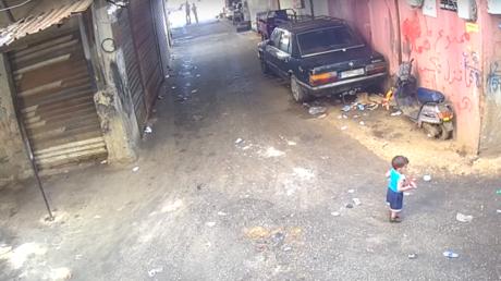 شاهد.. طفل ينجو من الموت بأعجوبة من دهس شاحنة
