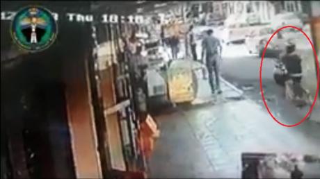 سرعة شرطي تنقذ طفلا من الموت دهسا