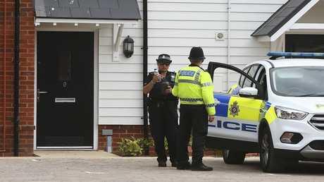 الشرطة البريطانية قرب منزل المواطن تشارلز روولي المصاب في حادث إيمزبري