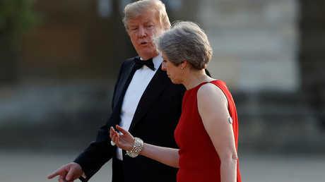 الرئيس الأمريكي، دونالد ترامب، ورئيسة الوزراء البريطانية، تيريزا ماي، يتوجهان إلى حفل عشاء في قصر بلينهيم