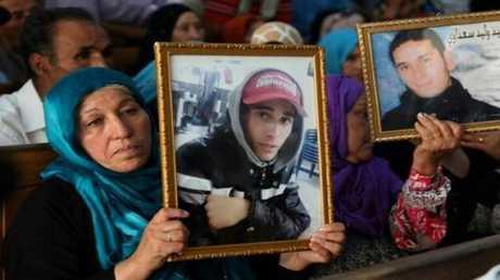 عائلات ضحايا الانتفاضة الشعبية في تونس خلال المحاكمة في القصرين في وسط غرب تونس في 13 تموز/يوليو.