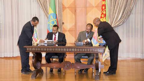 رئيس وزراء إثيوبيا آبي أحمد ورئيس إريتريا أسياس أفورقي يوقعان اتفاقية الإعلان المشترك للسلام والصداقة في أسمرة، إريتريا، 9 يوليو 2018