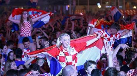 شاهد.. الجماهير الكرواتية تشعل شوارع موسكو قبل نهائي الحلم