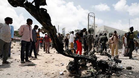 بقايا سيارة في مكان الهجوم الانتحاري في عاصمة الصومال مقديشو