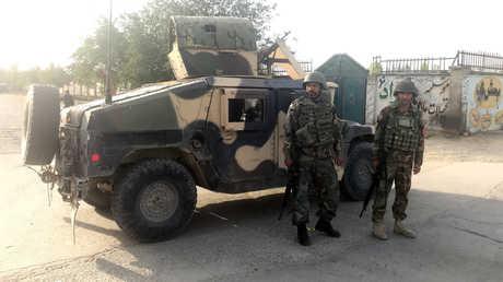 جنديان أفغانيان قرب مكان الانفجار في كابل