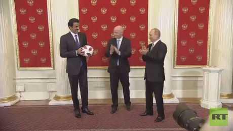 روسيا تسلم قطر شارة مونديال 2022