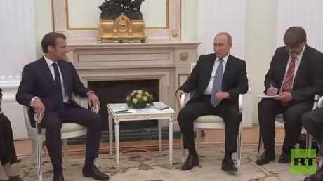 بوتين يبحث مع ماكرون تعزيز العلاقات