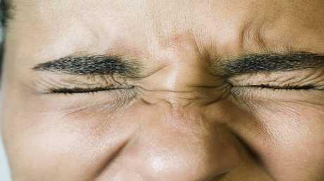 لماذا نغلق أعيننا عند سماع ضوضاء عالية؟