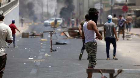 العراق.. العشرات يتظاهرون ويقطعون شارعا وسط كربلاء