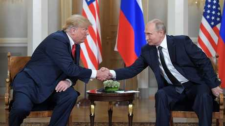 الرئيسان الروسي فلاديمير بوتين والأمريكي دونالد ترامب يتصافحان في بدء قمتهما في هلسنكي