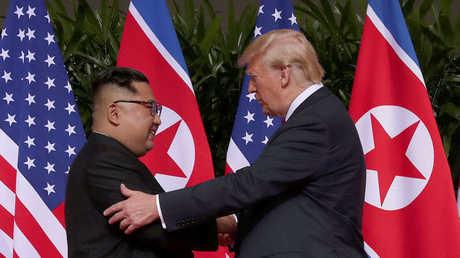 لحظة تصافح الرئيس الأمريكي، دونالد ترامب، وزعيم كوريا الشمالية، كيم جونغ أون