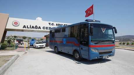 حافلة سجن، يعتقد أنها تحمل القس الأمريكي المسجون أندرو برونسون، تغادر مجمع سجن ألياجا في إزمير