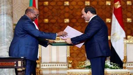 الرئيس المصري عبد الفتاح السيسي مع نظيره السودان عمر البشير