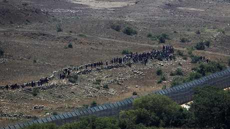 حشد من السوريين قرب السياج الحدودي في الجولان المحتل