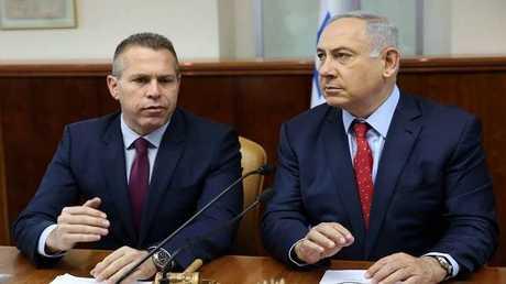 وزير الأمن الداخلي الإسرائيلي جلعاد أردان (يسار) ورئيس الوزراء بنيامين نتنياهو