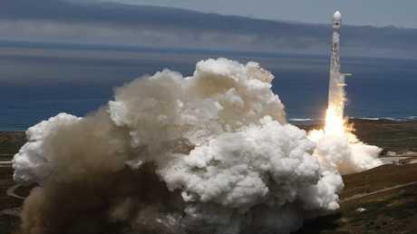صاروخ فالكون 9 يحمل إلى الفضاء 10 أقمار اصطناعية
