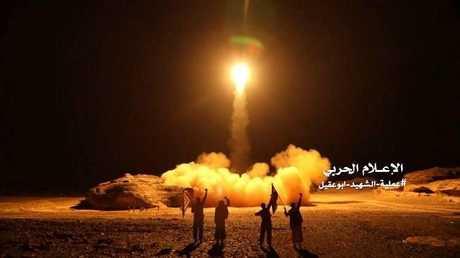 الحوثيون يطلقون صاروخا باليستيا