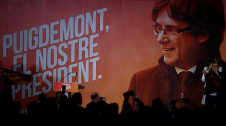 لافتة ضخمة مع صورة كارليس بوتشديمون
