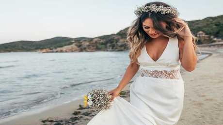 أسترالية تتزوج نفسها في حفل رومانسي خاص!