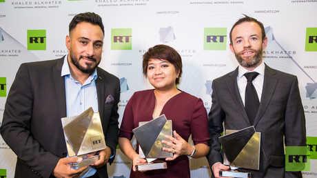 الفائزون بجائزة خالد الخطيب الدولية جونسون براين من إيرلندا وآنا كارينينا تولينتينو من سنغافورة وأسعد الزلزلي من العراق