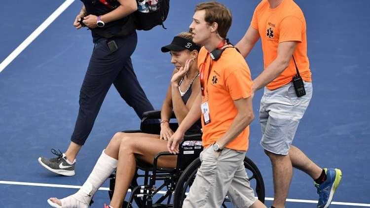 شاهد.. لاعبة تنس تغادر الملعب على كرسي متحرك والدموع تنهمر من عينيها