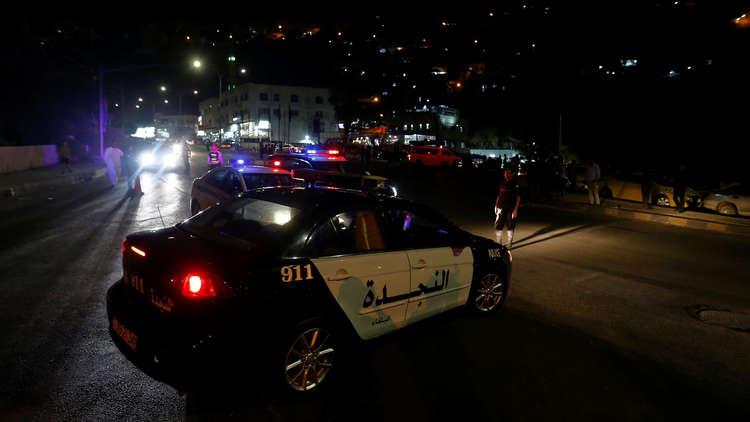 عناصر من الأمن الأردني قرب موقع عملية المداهمة في السلط