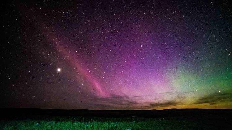 العلماء يعجزون عن تفسير قوس قزح بنفسجي ظهر في السماء