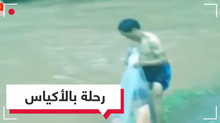 بالفيديو.. أطفال يذهبون لمدارسهم محمولين في أكياس بلاستيكية