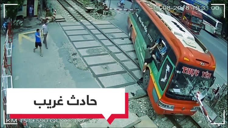 بالفيديو.. سائق يتجاوز حاجزا بشكل غريب